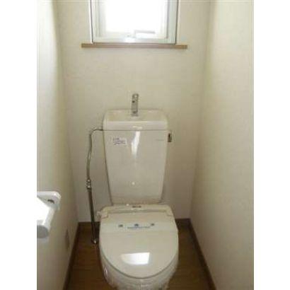 窓の付いた明るいトイレです