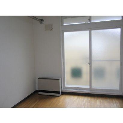 居間、大きい窓が有り日当たり良いです。