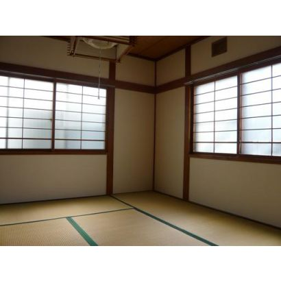 和室には窓が二つあって明るいです。