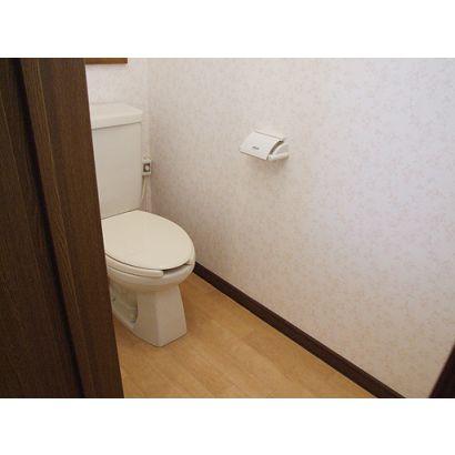 トイレには、収納や窓がついております
