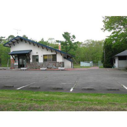 管理事務所と駐車場