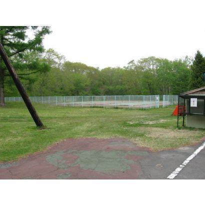 管理棟脇のテニスコート
