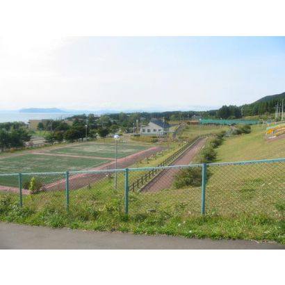 現地より隣り函館戸井運動広場を見る