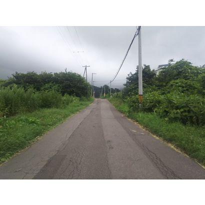 前面町道は坂道です。