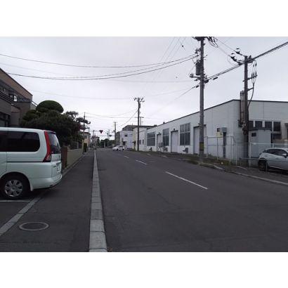 前面道路の金堀小学校方面です。