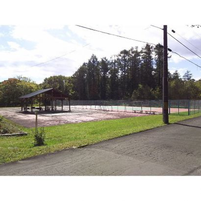 管理棟隣のテニスコート