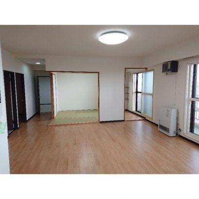 居間と和室、ガスストーブ・熱交換換気扇あり